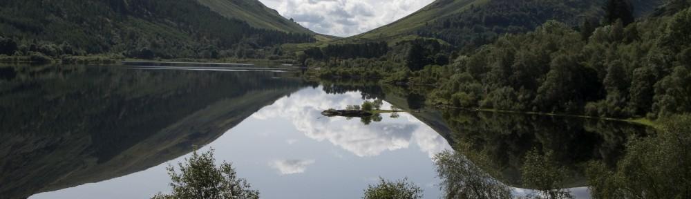 Bassentwaithe Lake, Lake District. Mooi uitzicht met spiegelingen in het water.