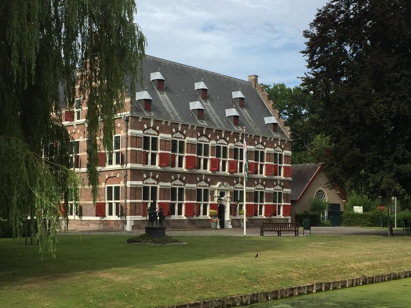 Het stadhuis van Willemstad. Plaatje, toch?