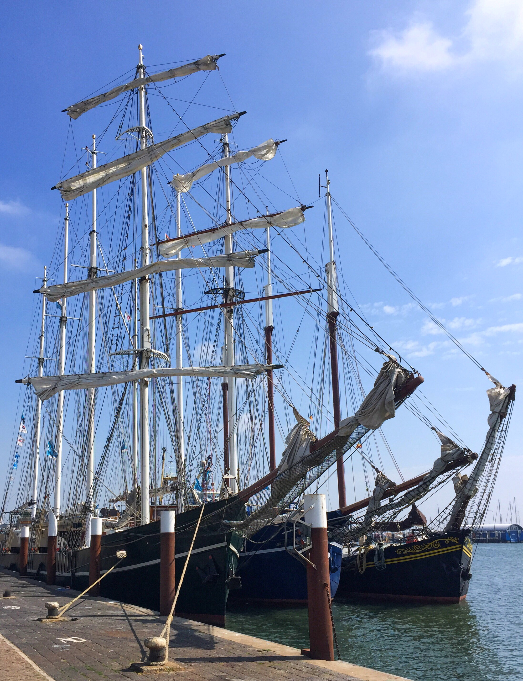 Mooi lijnenspel: 3 schepen met samen 10 masten!